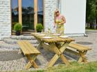 Puutarhapöytä penkeillä